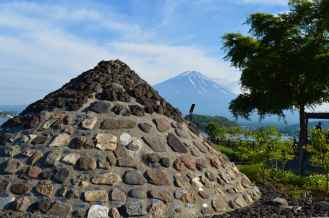 Monumental. It may not look like it, but this icon is actually made up of three separate volcanoes: Komitake at the bottom, Kofuji in the middle and Fuji at the top.
