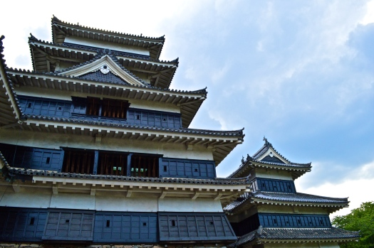Inui Kotenshu (part on the right) that from the outside appears to have three stories but actually has four, the hidden floor concealing defences. This minor keep is structurally independent of the main tower but is connected via a roofed passage.